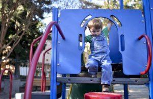 Activité dans le jardin pour enfant
