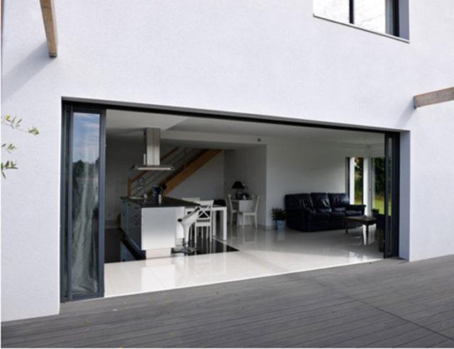 installer une baie vitre top fentre et baie vitre point sur les diffrents types et de matriaux. Black Bedroom Furniture Sets. Home Design Ideas