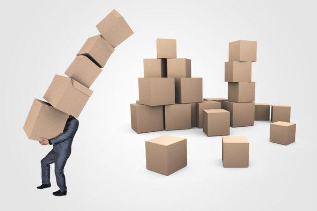 Homme portant des emballages cartons