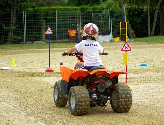 jeune enfant sur un quad