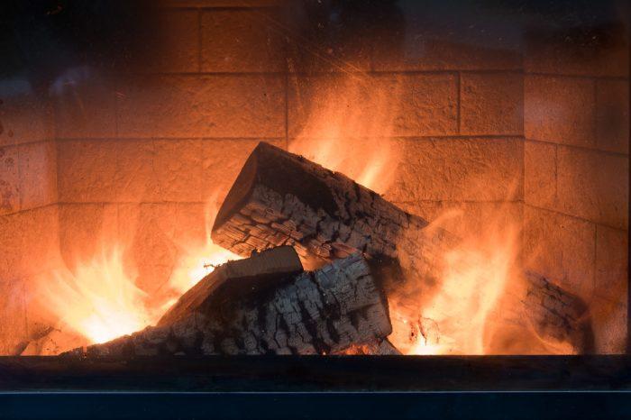 cheminée moderne qui apporte de la chaleur