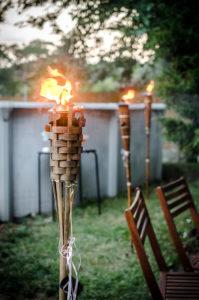 flambeau dans jardin