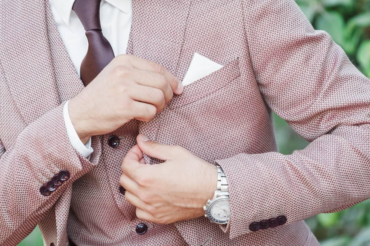 comment porter la pochette de costume