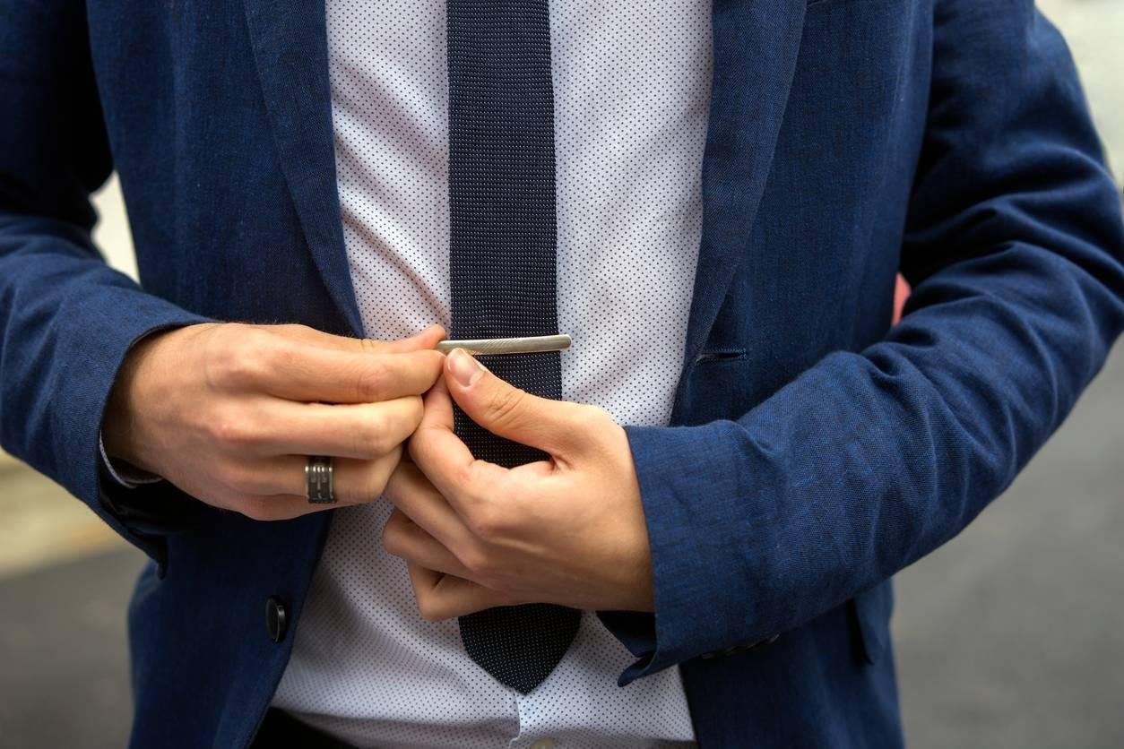 la pince à cravate pour accessoiriser votre costume